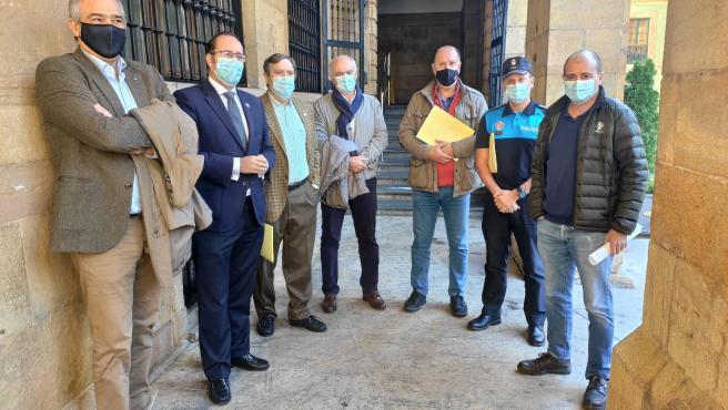 El concejal de Interior, Mario Arias, presenta el dispositivo con motivo de Todos los Santos junto al responsable del cementerio El Salvador, y responsables de Interior, Seguridad Ciudadana y transportes de Oviedo.
