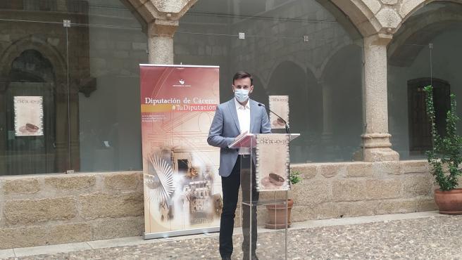 El diputado provincial de cultura, Fernando Grande, en la rueda de prensa de presentación del ciclo 'Cine de hoy'