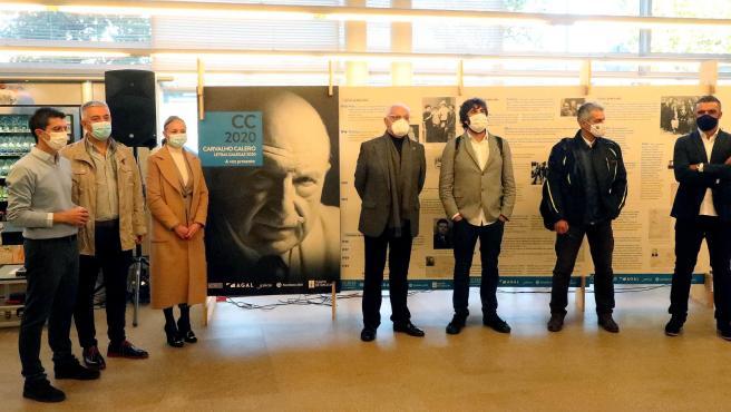 El secretario xeral de Política Lingüística, Valentín García, visita la muestra sobre Ricardo Carvalho Calero en la Biblioteca Pública de Santiago Ánxel Casal