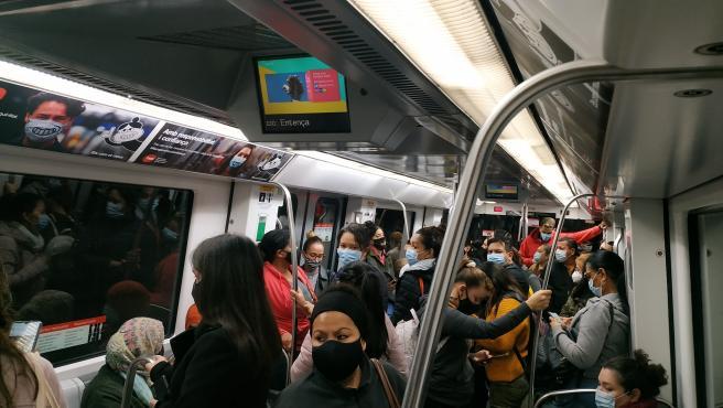Un vagón del metro de Barcelona, lleno.