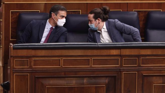 El presidente del Gobierno, Pedro Sánchez, y el vicepresidente segundo del Gobierno, Pablo Iglesias, este jueves en el Congreso de los Diputados.