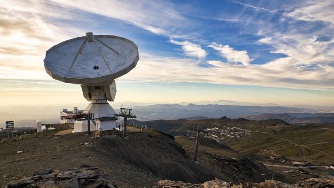 Radiotelescopio ubicado en el Pico Veleta, participante en la primera fotografía de un agujero negro.
