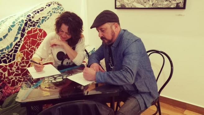 Dos participantes en el concurso de escritura rápida
