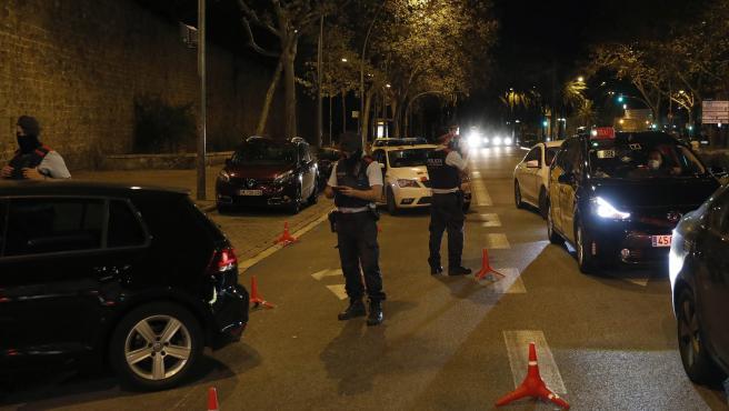 Uno de los diversos controles policiales que los Mossos d'Esquadra han montado en distintos lugares del centro de Barcelona.