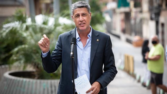 El alcalde de Badalona (Barcelona), Xavier García Albiol, interviene durante la visita realizada a un bloque de pisos afectado por okupaciones ilegales, en la Plaza Antonio Machado, Badalona, Barcelona, Catalunya (España), a 17 de septiembre de 2020.