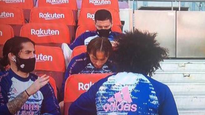 Isco habla ante Marcelo y Modric, con Jovic en una fila más atrás.