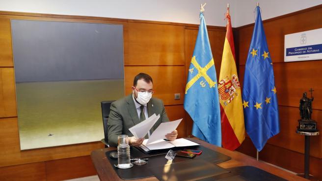 Oviedo. 26-10-2020. El presidente del Principado de Asturias, Adrián Barbón, participa por videoconferencia en la reunión de la Conferencia de Presidentes. Foto: Armando Álvarez.