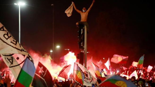 Cientos de personas celebran en Santiago de Chile el resultado del referéndum para reemplazar la Constitución.