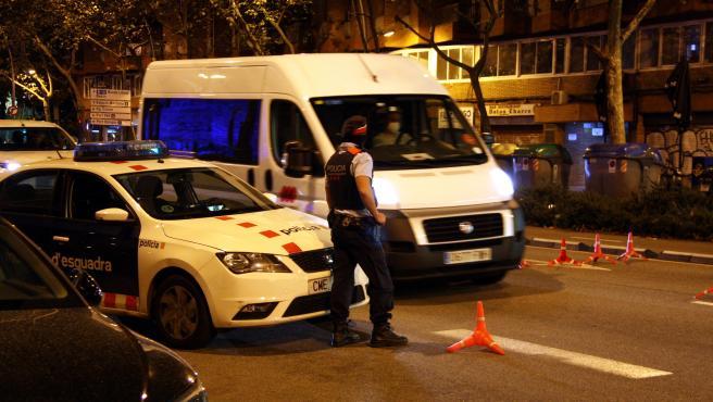 Un control de los Mossos la noche de este domingo en la calle Paral·lel de Barcelona.