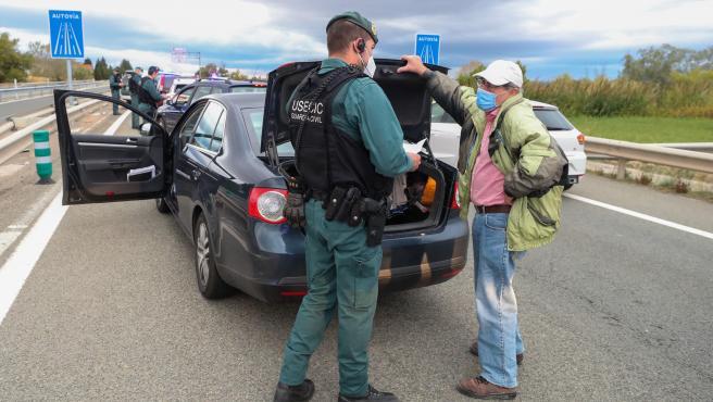 Agentes de la Guardia Civil controlan una carretera de acceso a Zaragoza.