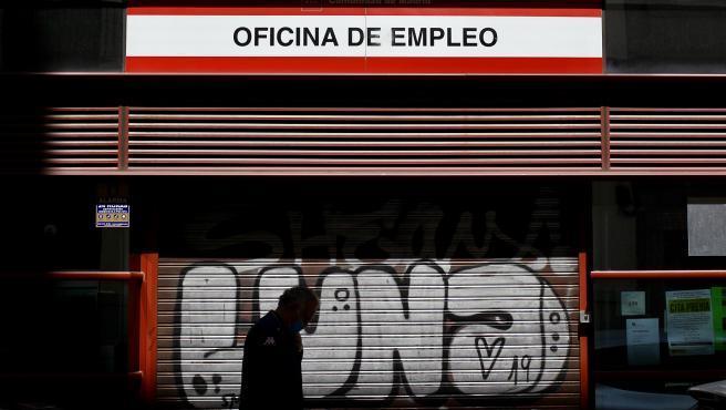 """El verano ya formó parte de la llamada """"nueva normalidad"""" en España, pero las cifras del empleo siguen siendo malas, incluso a pesar de que el país había recuperado esos meses la actividad económica. El 2020 está en color negro. El desempleo sigue creciendo: el paro subió en 355.000 personas (un 10,5% más), lo que supone la mayor subida en un segundo trimestre desde 2012."""