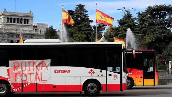 Autobuses turísticos que participan en una manifestación con destino al ministerio de Fomento a su paso por Cibeles este martes.