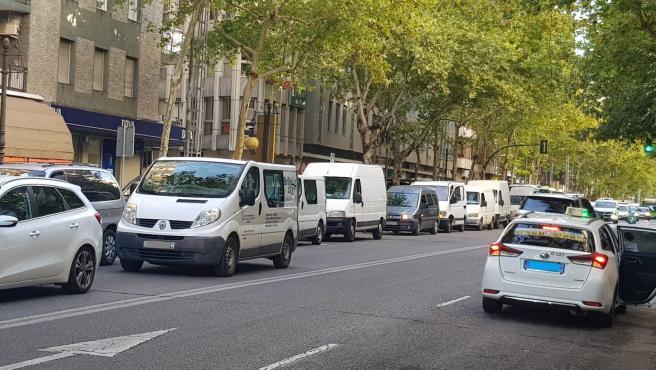 Caravana de vehículos de vendedores ambulantes por el centro de Córdoba ante la supresión de mercadillos.