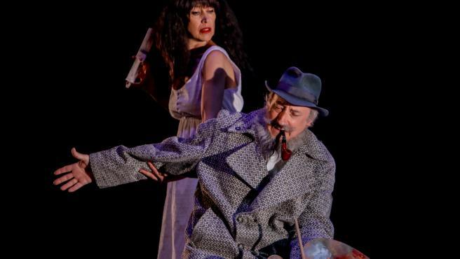 El actor Ramón Fontserè y la actriz Dolors Tuneu, de la compañía teatral 'Els Joglars', durante la presentación en los Teatros del Canal de la obra 'Señor Ruiseñor'.