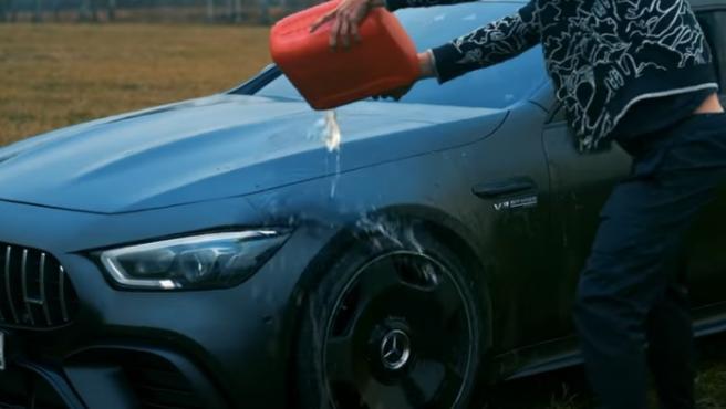 El bloguero, quemando su coche.