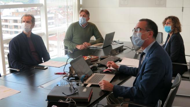 El consejero de Sanidad, Pablo Fernández, a la derecha