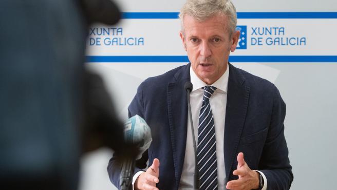 O vicepresidente primeiro e conselleiro de Presidencia, Xustiza e Turismo, Alfonso Rueda, acompañado pola directora de Turismo de Galicia, Nava Castro, participa por videoconferencia na Conferencia Sectorial de Turismo.
