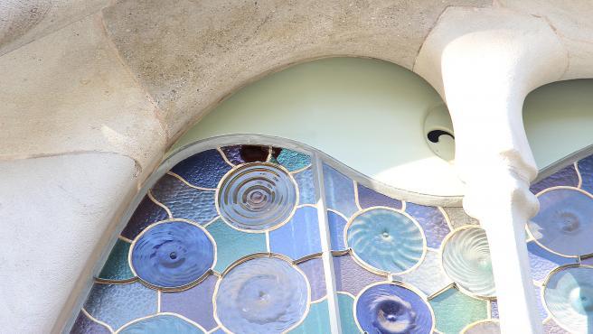 Ataque con piedras que ha afectado a una vidriera de la fachada de la Casa Batlló de Gaudí de Barcelona.