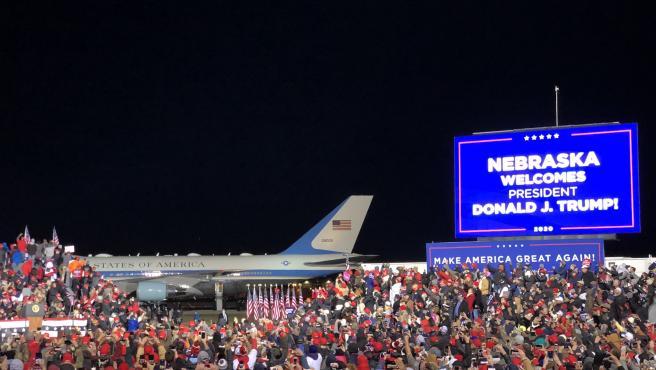 Cientos de personas que asistieron a un mitin electoral de Donald Trump en un aeropuerto de Nebraska, donde permanecieron durante horas con temperaturas muy bajas.
