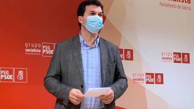 El secretario xeral del PSdeG, Gonzalo Caballero, en la rueda de prensa ofrecida este martes en el Parlamento de Galicia