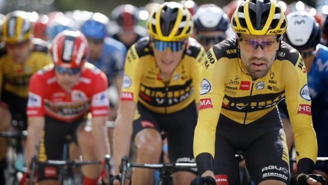 En primer plano, el ciclista neerlandés Tom Dumoulin (Team Jumbo-Visma) en una etapa de La Vuelta ciclista a España 2020