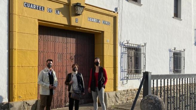La portavoz del grupo municipal de IU en Espejo, Chari Porras (centro), junto al coordinador provincial de IU Córdoba, Pedro García, y la coordinadora local IU Espejo, María Dolores Blanco, a las puertas del cuartel de la Guardia Civil