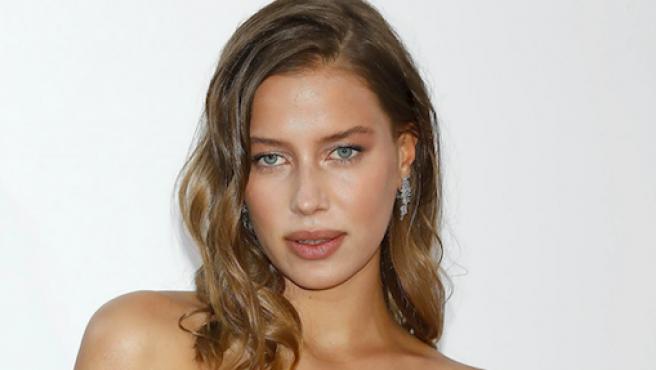La modelo Nicole Poturalski, novia de Brad Pitt.