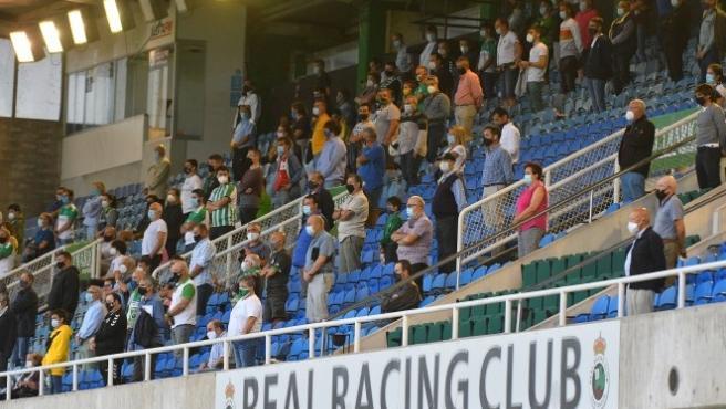 Público con mascarilla en los Campos de Sport del Sardinero