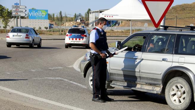 Control policial de acceso a la comarca del Segrià (Lleida) durante su confinamiento perimetral, el pasado mes de julio.