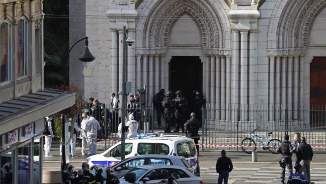 Varios miembros del cuerpo de élite de la Policía francesa (RAID) acceden al interior de la basílica de Notre-Dame de l'Assomption de Niza.