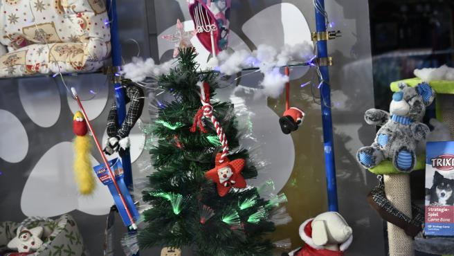 Detalle del escaparate de una tienda con motivos navideños.