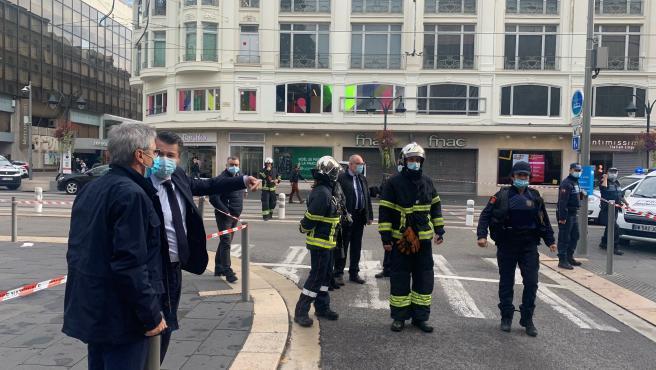 El alcalde de Niza, Christian Estrosi, inspecciona el lugar donde se ha producido el atentado terrorista.