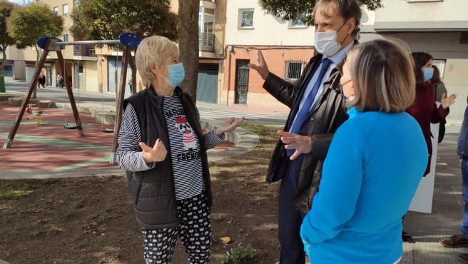 El alcalde de Salamanca habla con unas vecinas en el barrio Pizarrales este jueves.