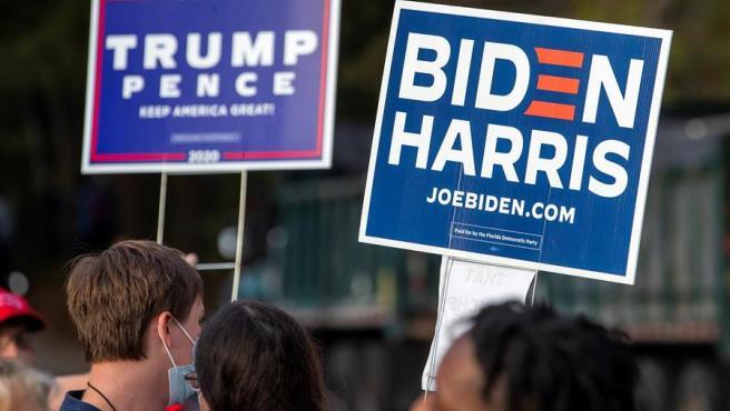 Simpatizantes del candidato demócrata en las elecciones de EE UU, el ex vicepresidente Joe Biden, y del actual presidente y candidato republicano, Donald Trump, en Atlanta, Georgia.
