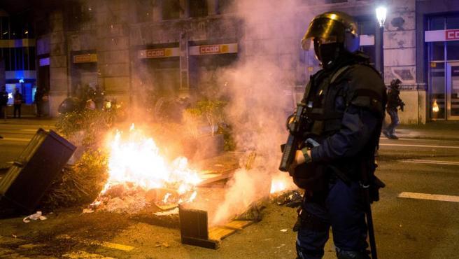 La plaza de Sant Jaume y sus alrededores han sido escenario hoy viernes de enfrentamientos por las restricciones en Cataluña.
