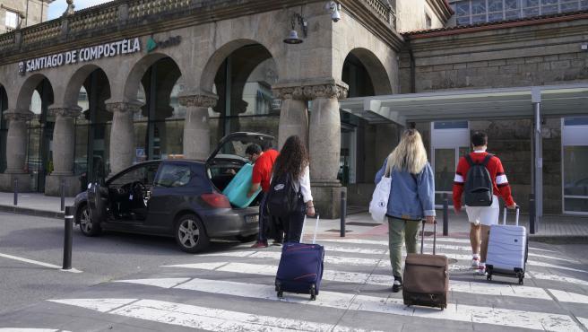 Cierre perimetral Santiago - Covid 19 - estudiantes con maletas en la estación de tren, de vuelta a sus casas por el fin de semana