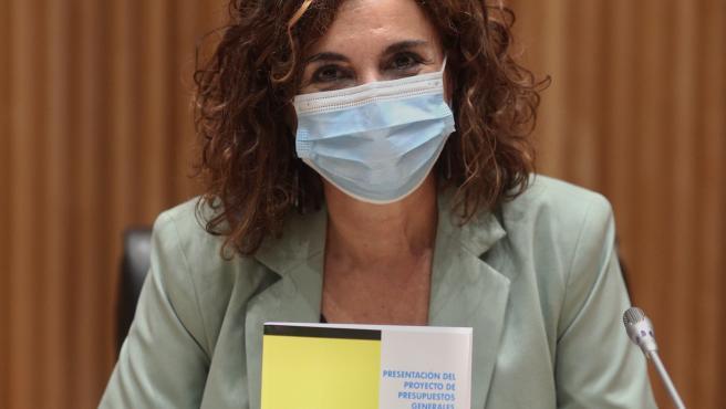 (I-D) La ministra de Hacienda y Función Pública, María Jesús Montero, ofrece una rueda de prensa tras la entrega del Proyecto de Presupuestos Generales del Estado 2021 a la presidenta del Congreso los Diputados, en Madrid (España), a 28 de octubre de 2020