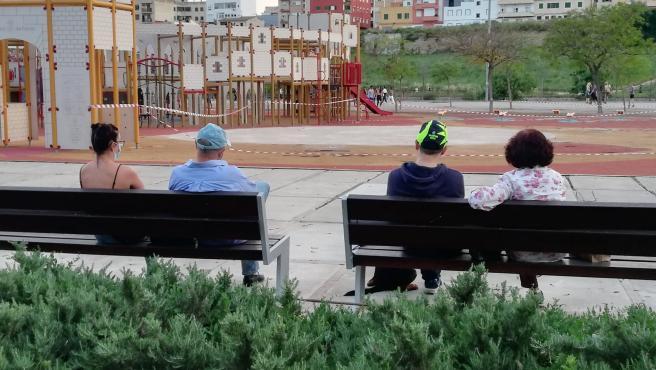 Personas sentadas en un banco en el Parque de Sa Riera.
