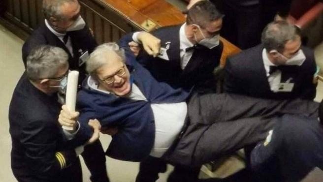 El diputado italiano Vittorio Sgarbi, en el momento de ser expulsado de la Cámara.
