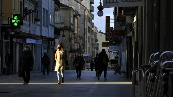 Transeúntes caminan por una vía de O Carballiño, en Ourense.
