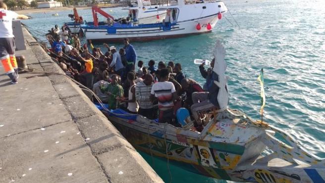 Llega un cayuco con unas cien personasl al puerto de Los Cristianos