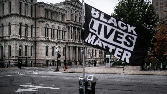 Una bandera del movimiento Black Lives Matter ondea en el centro de Louisville, en Kentucky, esta semana.