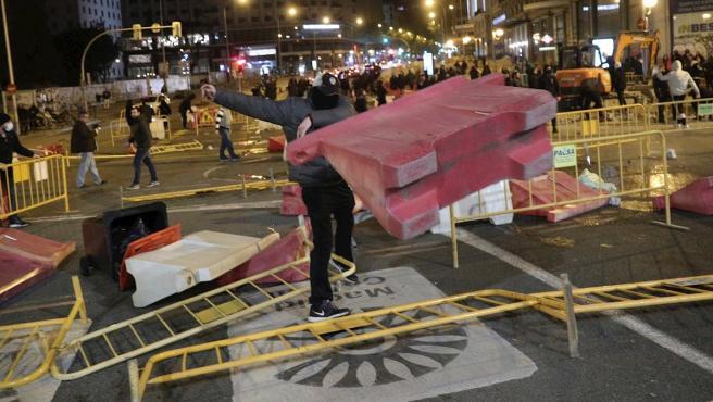 La Policía Nacional ha disuelto a más de un centenar de personas que han intentado cortar la Gran Vía de Madrid quemando contenedores y formando barricadas.