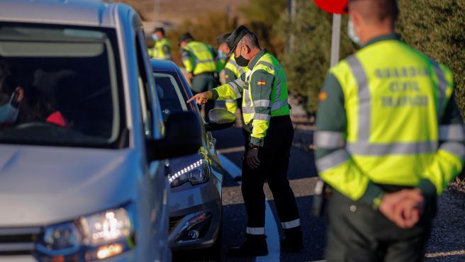 Más de 3.000 policías nacionales y guardias civiles han controlado el confinamiento perimetral de la región.