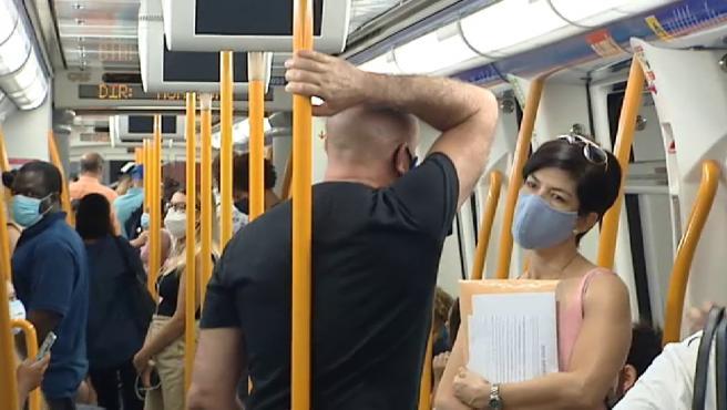 Imagen de un vagón de Metro de Madrid durante la segunda ola del coronavirus.
