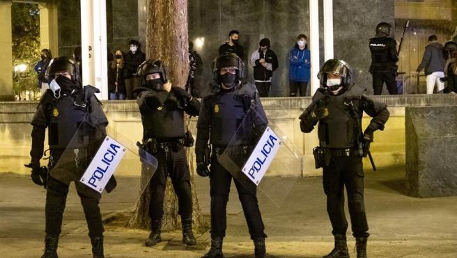 Agentes policiales desplegados en el centro de Logroño ante nuevos incidentes en las protestas contra las restricciones impuestas por la pandemia del coronavirus.