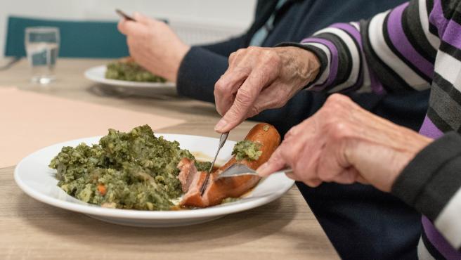 Algunos ancianos pueden tener dificultades para ingerir algunos alimentos