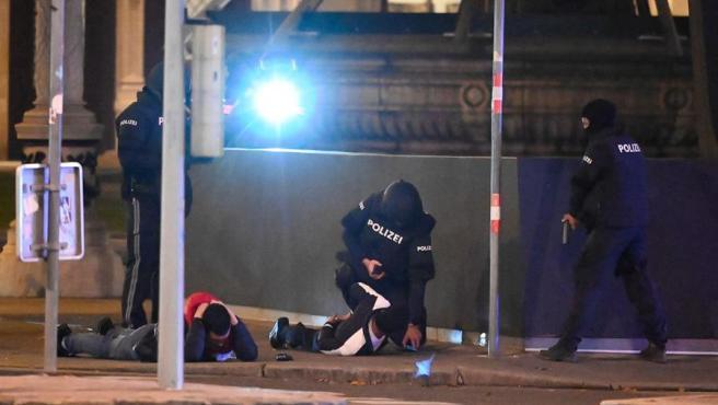 La policía de Viena detiene a dos individuos tras los ataques terroristas.