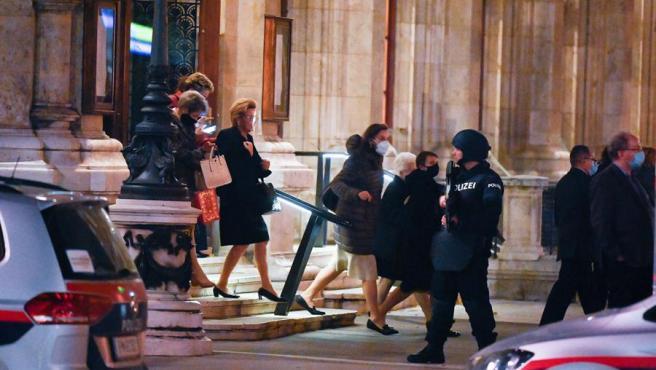 Varias personas salen de la Ópera Estatal de Viena, vigilada por la Policía tras los ataques terroristas en la capital austriaca.