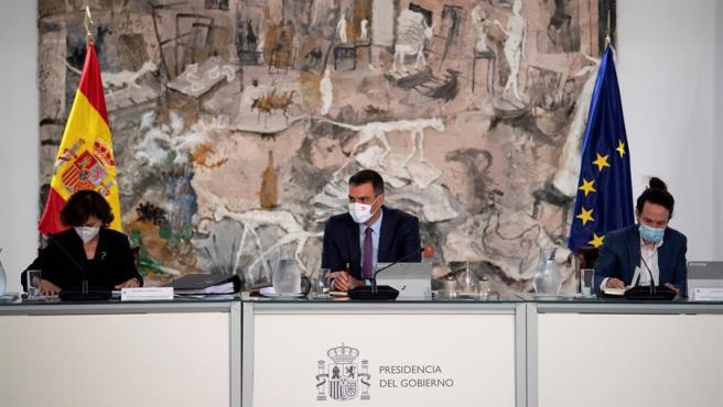 El presidente del Gobierno, Pedro Sánchez (c), preside la reunión del Consejo de Ministros, en presencia de la vicepresidenta primera del Gobierno, Carmen Calvo, y el vicepresidente segundo, Pablo Iglesias, este martes el complejo del Palacio de la Moncloa, en Madrid.